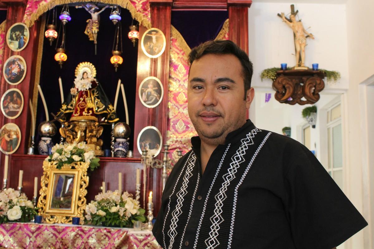Octavio Aguilar, creador de uno de los altares de Dolores, en Analco