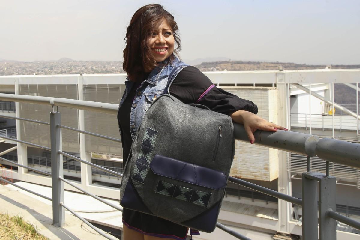 Crean mochilas con textiles wixárikas