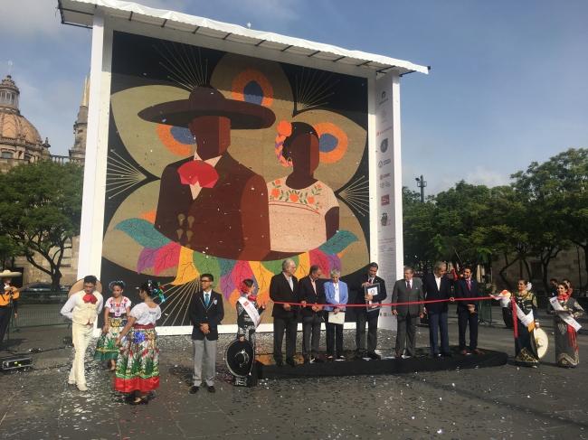 Mural wixárika en Plaza Liberación