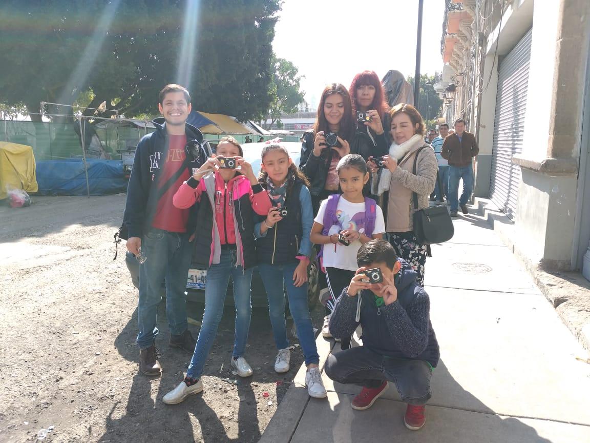 Estudiantes del CUAAD capacitan a vecinos del Barrio de El Santuario en fotografía patrimonial