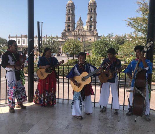 Familia wixárica se gana la vida interpretando música