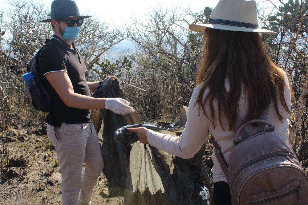 Alumnos de CULagos limpian Mesa Redonda