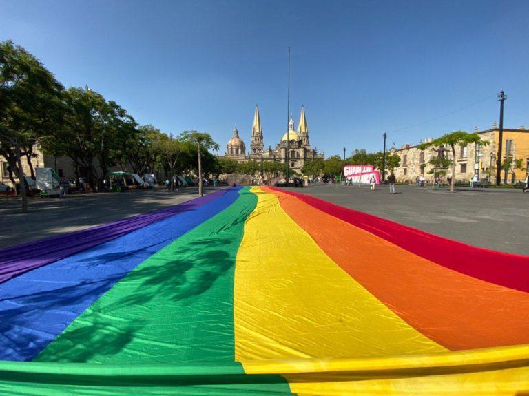 Bandera LGBT en Plaza Liberación de Guadalajara