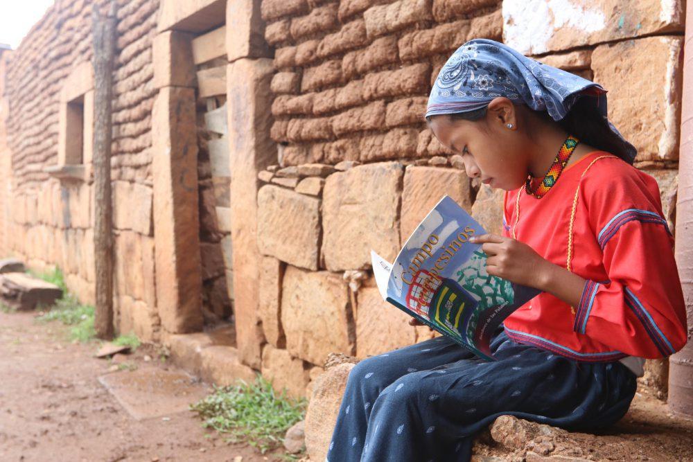 Niña wixárika leyendo. Foto: Coordinación General de Desarrollo Social del Gobierno de Jalisco