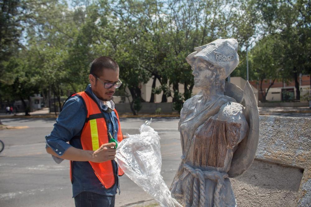 Francisco Orozco instalando