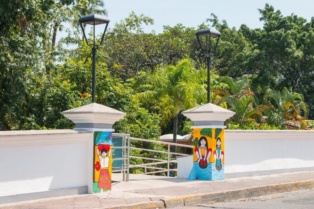 Pinturas de Manuel Lepe en Pilares del Puente del Rio Cuale 1