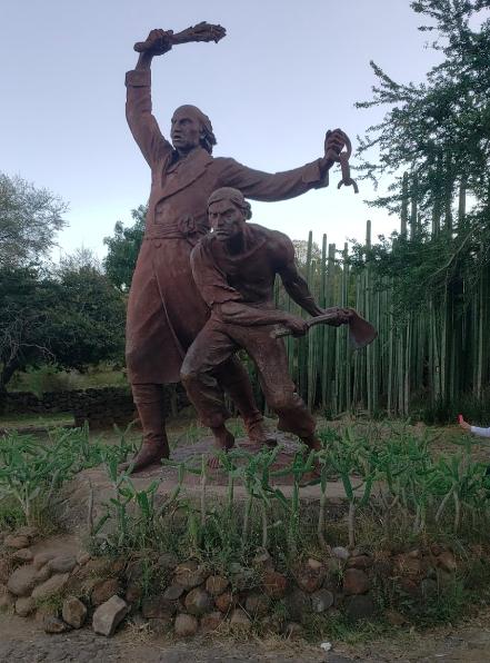 Escultura de Miguel Hidalgo en el Puente de Calderón