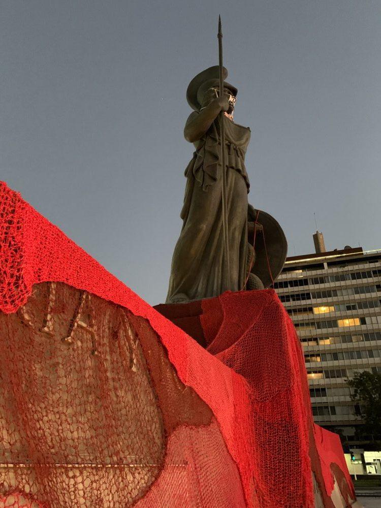 La Minerva con hilos rojos