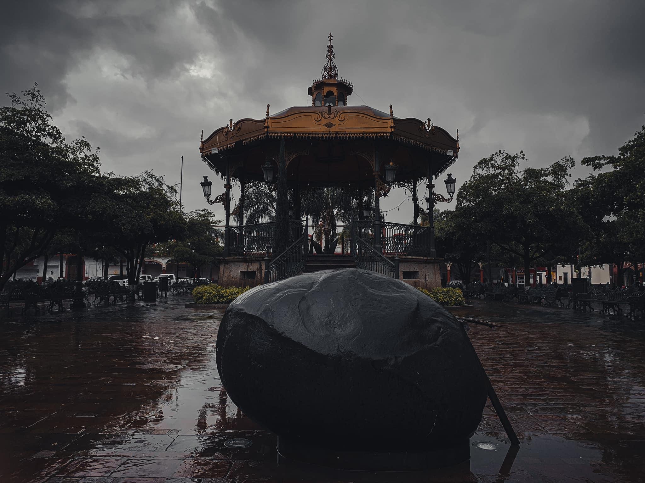 Plaza de Jocotepec, con el puerco Gordo. Fotografía: Trivialidad del Misterio