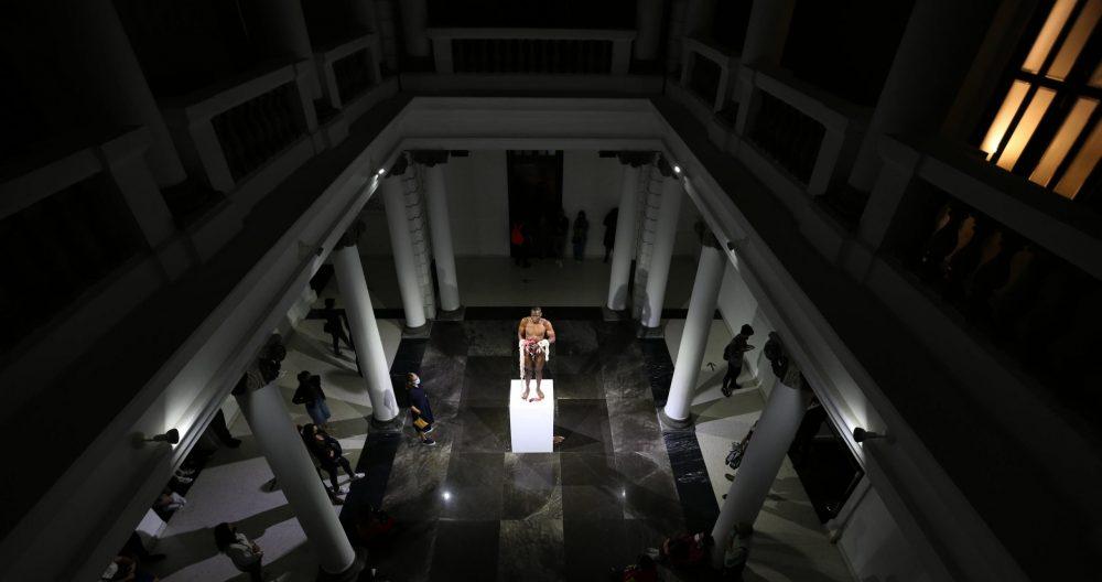 Efímero. El patio del MUSA fue escenario de la performance de Carlos Martiel. Ante la mirada del público tapatío, el cubano repudió la violencia contra la diversidad de cuerpos en México. Fotografía: Abraham Aréchiga
