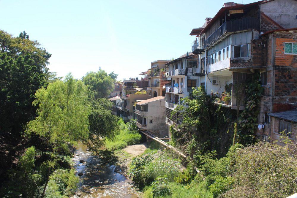 Construcciones a lo largo del Río Cuale. Fotografía Iván Serrano Jauregui